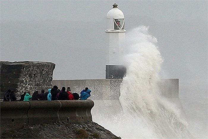 Ngọn sóng cao gần tới ngọn hải đăng ở Porthcawl, xứ Wales