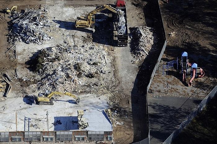 Công nhân đang đào bới đổng đổ nát ở trường tiểu học Sandy Cook, Connecticut, Mỹ sau khi ngôi trường bị phá hủy do vụ xả súng