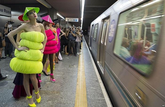 Người mẫu thời trang đứng bên trong một ga tàu điện ngầm ở Sao Paulo, Brazil