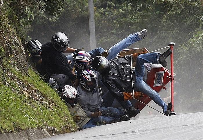 Các tay đua ngã chồng lên nhau sau khi chiếc xe tự chế của họ bị lật nhào