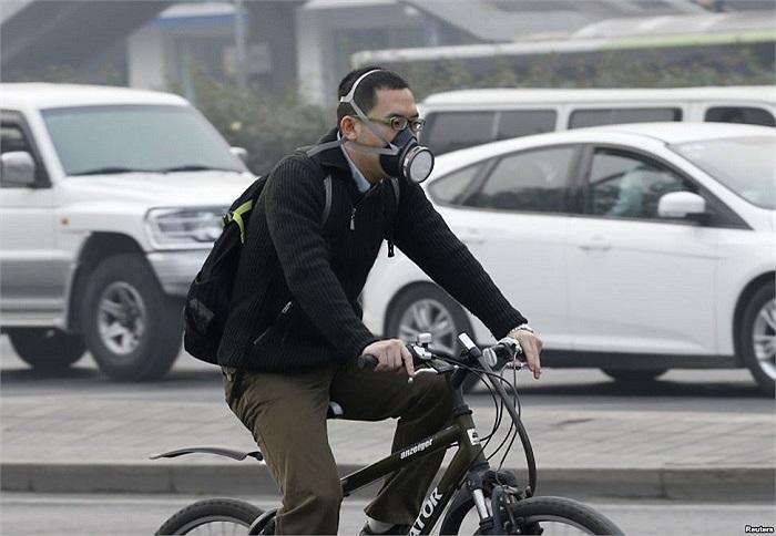 Người dân Bắc Kinh đeo mặt nạ ra đường khi khói mù bao phủ thành phố