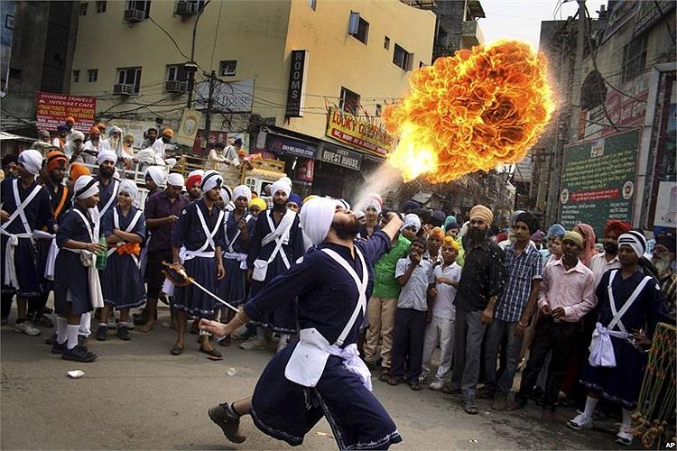 Màn thổi lửa của một người đàn ông tham gia lễ kỷ niệm sinh nhật của Guru Ram Das – một bậc thầy của đạo Sikh ở Ấn Độ