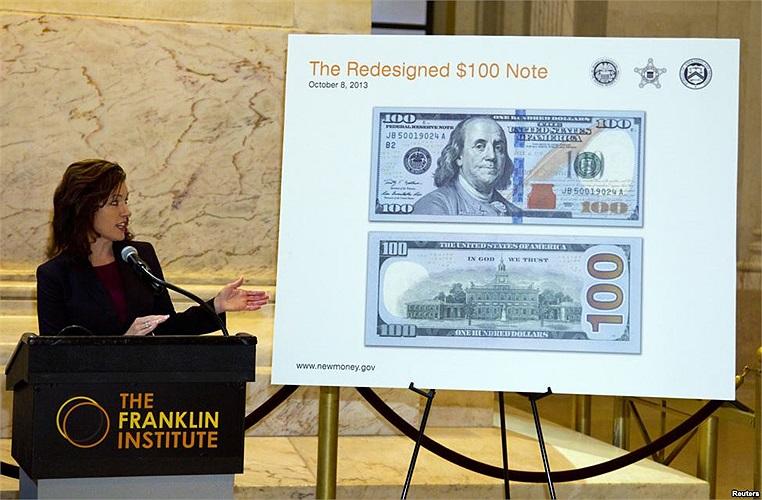Bà Michelle Scipione – phó giám đốc Cục dữ trữ liên bang Philadelphia đang giới thiệu đồng 100 USD mới tại Đài tưởng niệm Benjamin Franklin, Philadelphia, Pennsylvania, Mỹ