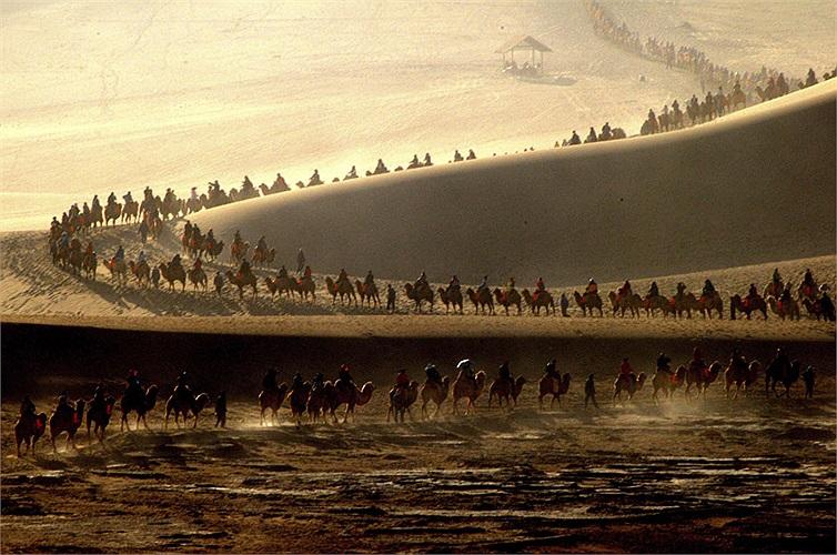 Du khách cưỡi lạc đà tại Đôn Hoàng, Cam Túc Trung Quốc nhân kì nghỉ Quốc khánh từ ngày 1-7/10