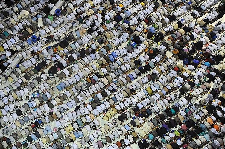 Những người hành hương đang cầu nguyện tại nhà thờ Hồi giáo Mecca