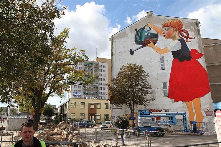 Hình ảnh cô bé mặc quần áo truyền thống của Ba Lan cao 65 feet được vẽ trên bức tường của một ngôi nhà cao tầng