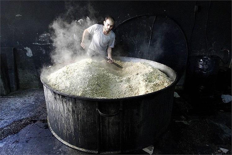 Một đầu bếp đang chuẩn bị bữa ăn cho người dân tại thành phố Raqqa, Syria