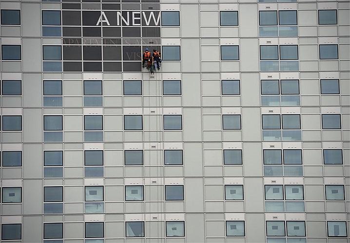 Công nhân đang hoàn tất việc xây dựng tòa nhà tại trung tâm thành phố London