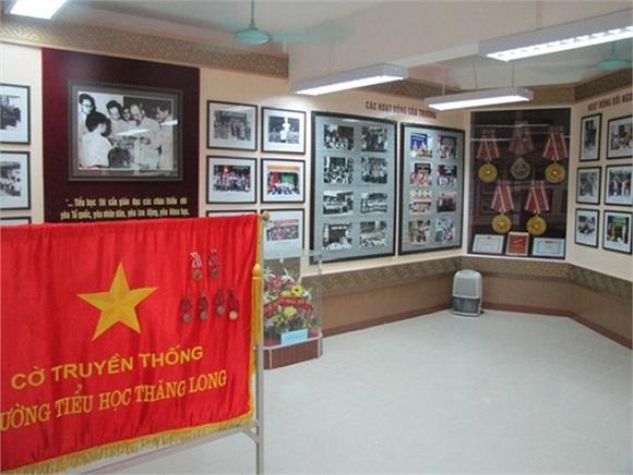 Phòng truyền thống của trường có nhiều tư liệu quý giá.