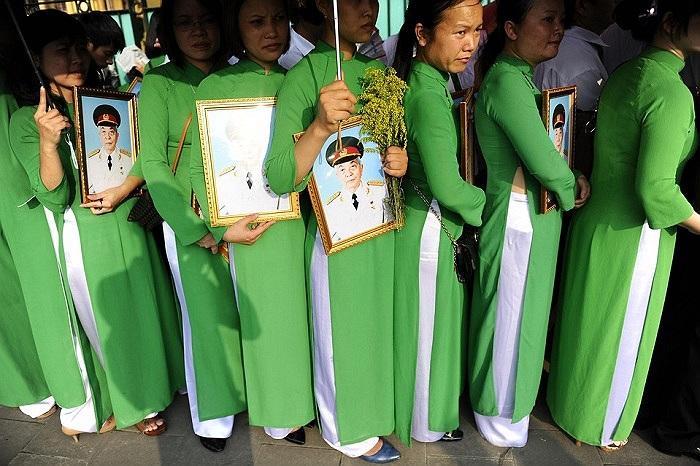 Những phụ nữ trong tà áo dài xanh cầm chân dung Đại tướng Võ Nguyên Giáp xếp hàng chờ viếng trước nhà Đại tướng là một trong những hình ảnh ấn tượng nhất ngày 11/10 do báo chí quốc tế bình chọn