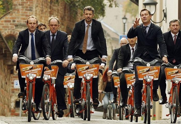 Thái tử Đan Mạch Frederik (giữa) đạp xe tham quan phố cổ Vilnius, Lithuania