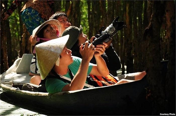 Khách du lịch tham quan rừng ngập mặn tại Việt Nam