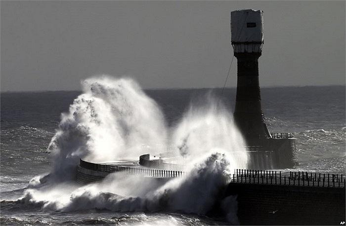 Sóng lớn tại cầu tàu Roker ở Sunderland, Anh