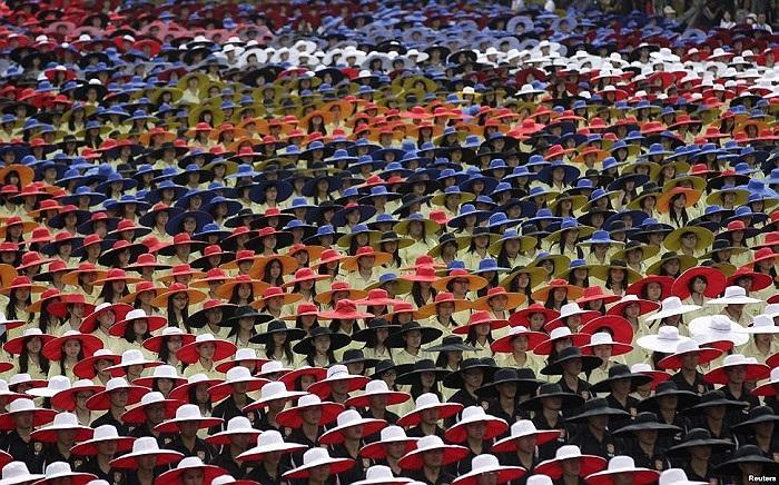 Những chiếc nón đầy màu sắc của những người tham gia lễ kỷ niệm ngày Quốc gia tại Đài Bắc, Đài Loan, Trung Quốc