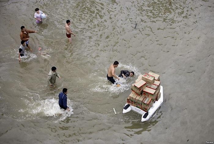 Người Trung Quốc đang lội nước ra lấy đồ tiếp tế sau siêu bão Fitow