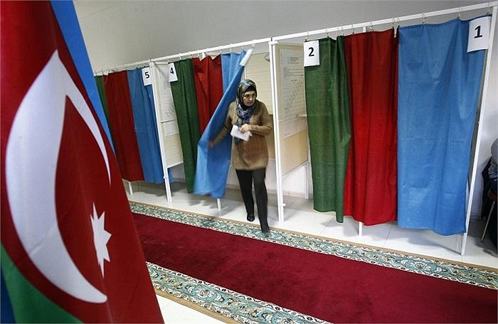 Một nữ cử tri rời phòng bỏ phiếu trong cuộc bầu cử tại Baku, Azerbaijan ngày 9/10