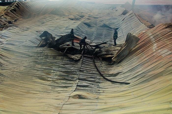 Lính cứu hỏa đang cố gắng khống chế ngọn lửa tại nhà máy dệt ở Bangladesh. Đám cháy đã khiến 7 người thiệt mạng