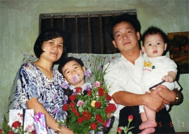 Vinh và gia đình trong một bức ảnh năm 1995. Khi đó, cả gia đình vẫn ở trong một ngôi nhà khá giản dị.