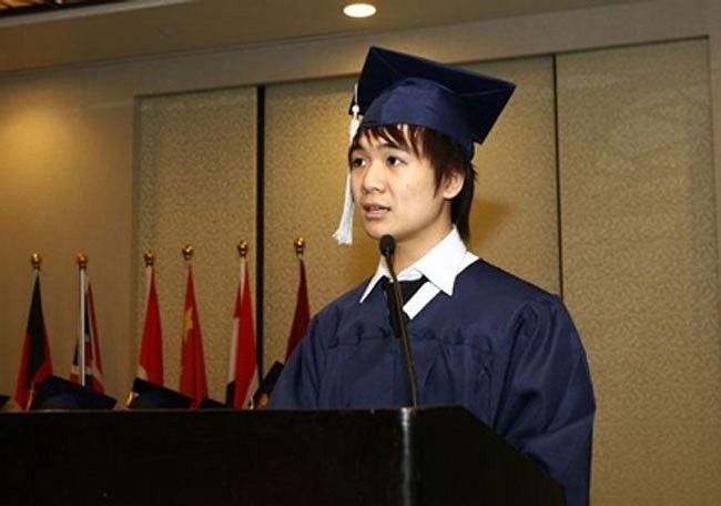 Đỗ Quang Vinh (18 tuổi) khi phát biểu tại lễ tốt nghiệp ở Singapore.