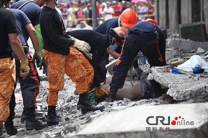 Lực lượng cứu hộ tiếp tục tìm kiếm những nạn nhân trong đống đổ nát