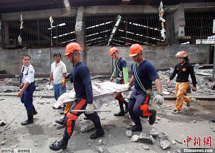 Lực lượng cứu hộ khiêng thi thể nạn nhân được tìm thấy