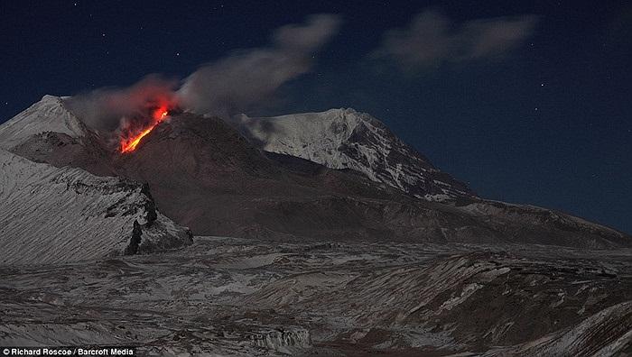 Shiveluch (cao hơn 3.200m) và Kliuchevskoi (cao 4750m) được xếp vào hàng 'khổng lồ' trong số 150 núi lửa nằm ở bán đảo Kamchatka, Viễn Đông Nga.