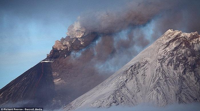 Khói càng tro bụi cao hàng trăm mét bốc lên từ miệng hỏa sơn Shiveluch phủ kín bầu trời.