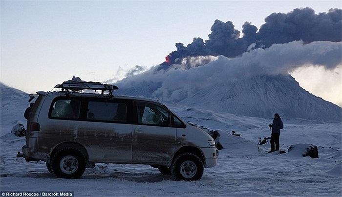 Để ghi lại những bức ảnh ấn tượng nhất, nhiếp ảnh gia Richard Roscoe đã dựng lều tạm ở một khu vực cách hai núi lửa cao nhất của Nga 20km trong suốt 10 năm nay.