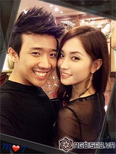 Trấn Thành và bạn gái hotgirl cùng diện áo đôi.