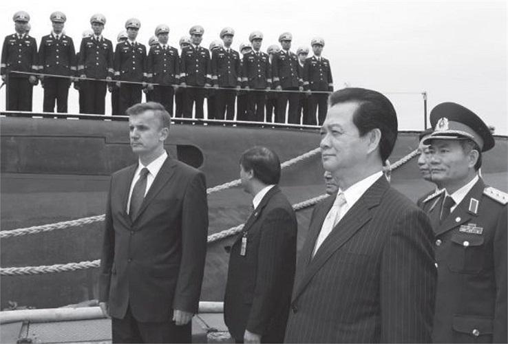Thủ tướng Nguyễn Tấn Dũng đến thị sát tàu ngầm Hà Nội.