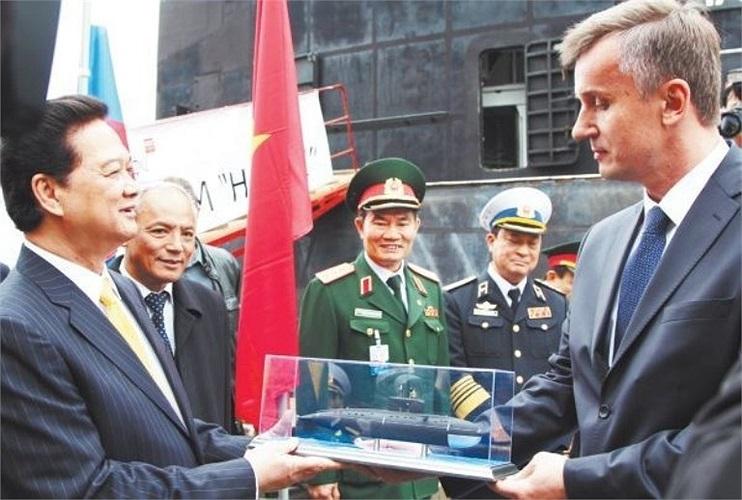 Lãnh đạo nhà máy Admiralty Verfi tặng Thủ tướng Nguyễn Tấn Dũng mô hình tàu ngầm Kilo 636.
