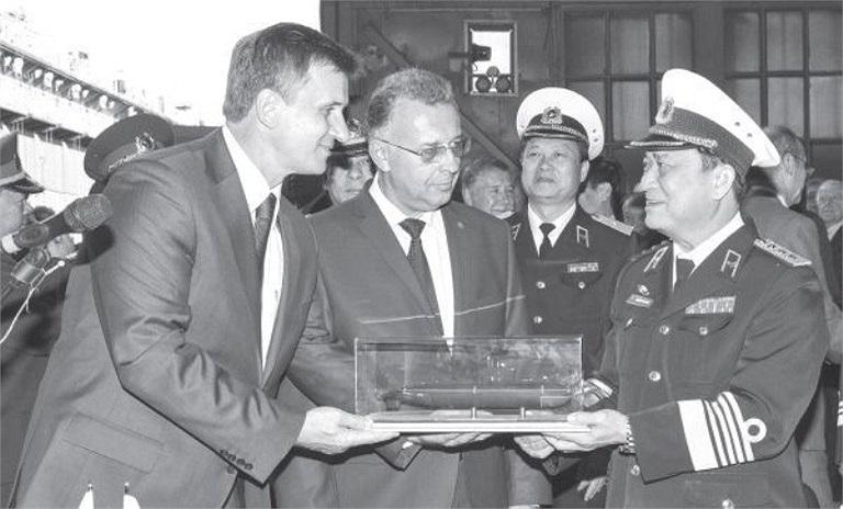 Lãnh đạo nhà máy Admiralty Verfi tặng lãnh đạo Quân chủng Hải quân Việt Nam mô hình tàu ngầm Kilo 636 tại lễ hạ thủy tàu ngầm Hà Nội.