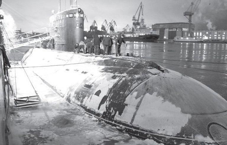 Đầu tháng 12/2012, tàu ngầm Hà Nội có chuyến ra biển lần đầu tiên, chính thức bắt đầu giai đoạn thử nghiệm nhà máy. Trong ảnh là chuẩn bị cho tàu rời cảng.