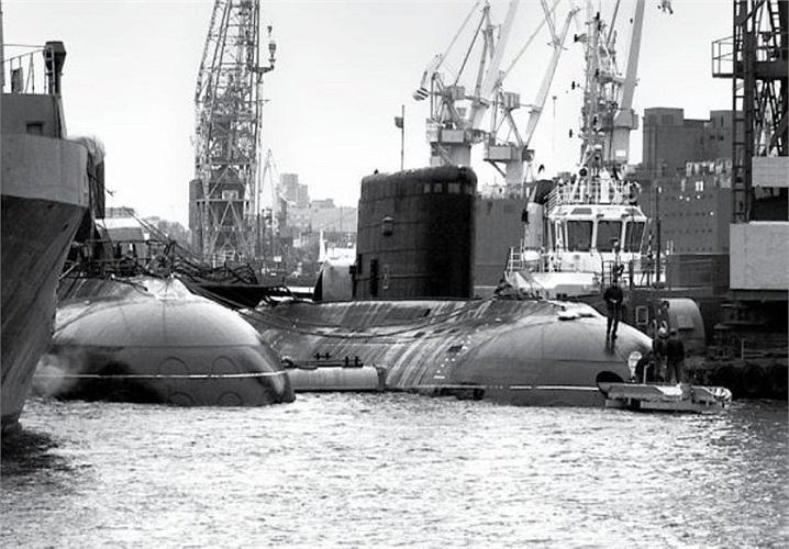 Truyền thông Nga cho biết, tàu ngầm HQ 182 Hà Nội cùng với tàu ngầm HQ 183 TP. Hồ Chí Minh sẽ được bàn giao cho Việt Nam trong năm 2013.