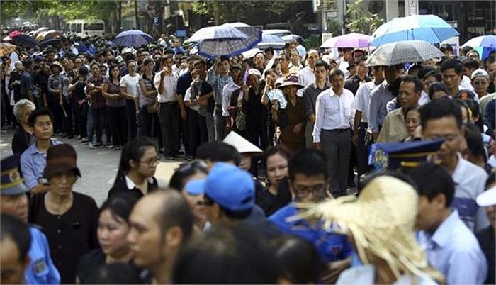 Những hình ảnh dòng người xếp hàng dài chờ viếng Đại tướng là cảnh tượng chưa từng thấy kể từ khi Chủ tịch Hồ Chí Minh qua đời cách đây hơn 40 năm, hãng tin AP bình luận