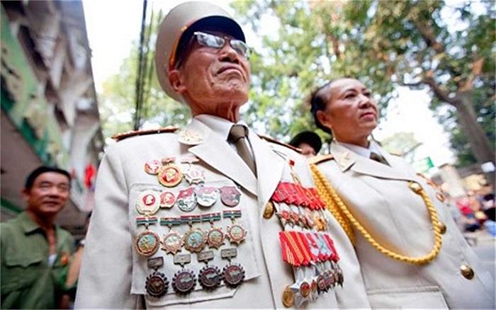 Các vị lão thành cách mạng mặc quân phục tới viếng Đại tướng, người con ưu tú của dân tộc Việt Nam đã nằm xuống