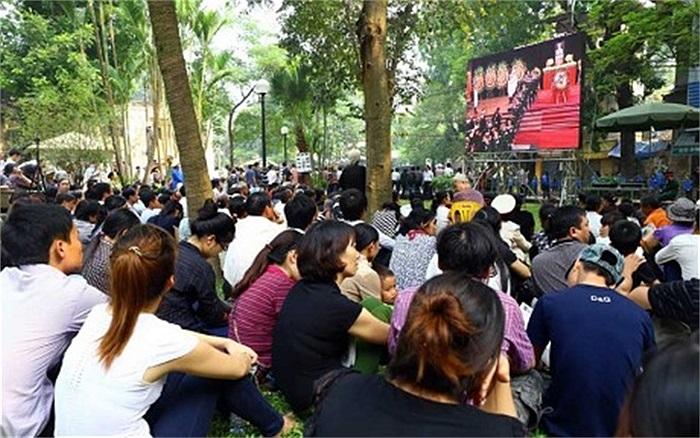 Bên ngoài Nhà tang lễ Quốc gia có đặt màn hình lớn để người dân có thể dõi được các hoạt động viếng Đại tướng Võ Nguyên Giáp bên trong Nhà tang lễ ngày 12/10