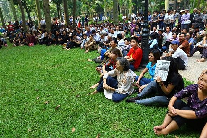 Người dân theo dõi màn hình lớn truyền hình trực tiếp lễ viếng Đại tướng bên ngoài Nhà tang lễ Quốc gia số 5 Trần Thánh Tông, Hà Nội ngày 12/10