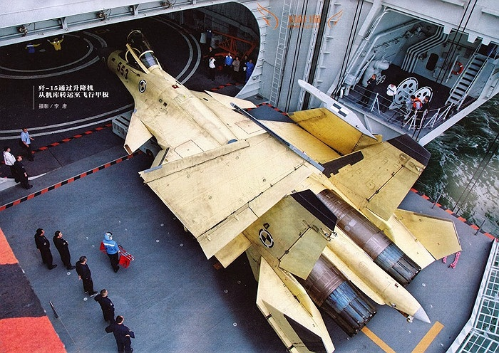 Cá mập bay J-15 của Trung Quốc trên sàn tàu sân bay Liêu Ninh