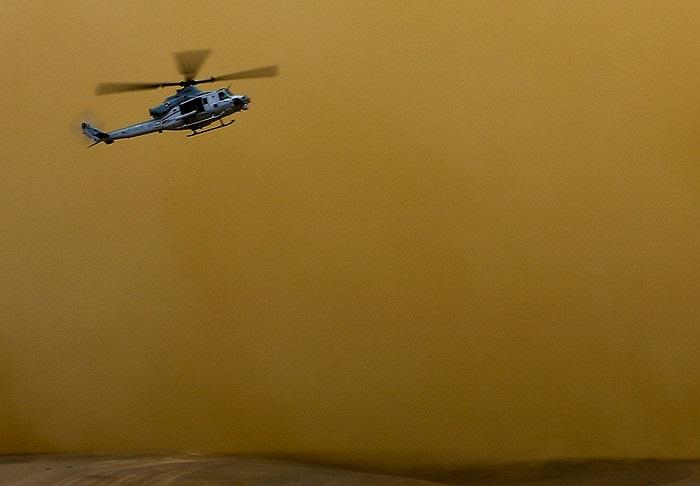 Trực thăng UH-1 Huey của Lính thủy đánh bộ Mỹ vật lộn trong bão cát ở Afghanistan