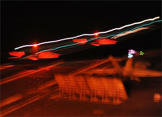 Hình ảnh mờ ảo về chuyến cất/hạ cánh của chiến cơ F/A-18F Super Hornet trên tàu sân bay USS George Washington (CVN 73)