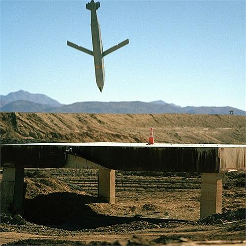 Tên lửa dẫn đường đang lao vào một mục tiêu giả định
