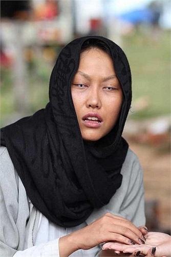 Luôn sẵn sàng hóa thân vào những vai diễn thể hiện sự xấu xí và kì dị, hình ảnh thầy bói mù của Phi Thanh Vân trong phim 'Ly hôn' cũng làm không ít người hoảng sợ khi nhìn vào bức ảnh này.