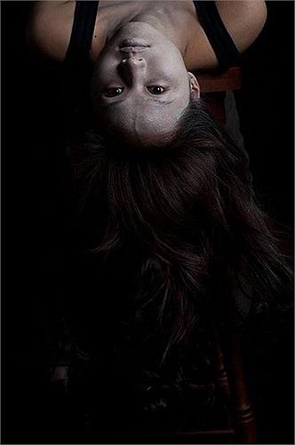 Da mặt tím tái, môi nhợt nhạt, tóc để xõa dài... trở thành hình ảnh làm cho nhiều khán giả bị ám ảnh khi xem vai diễn này của Tâm Tít.