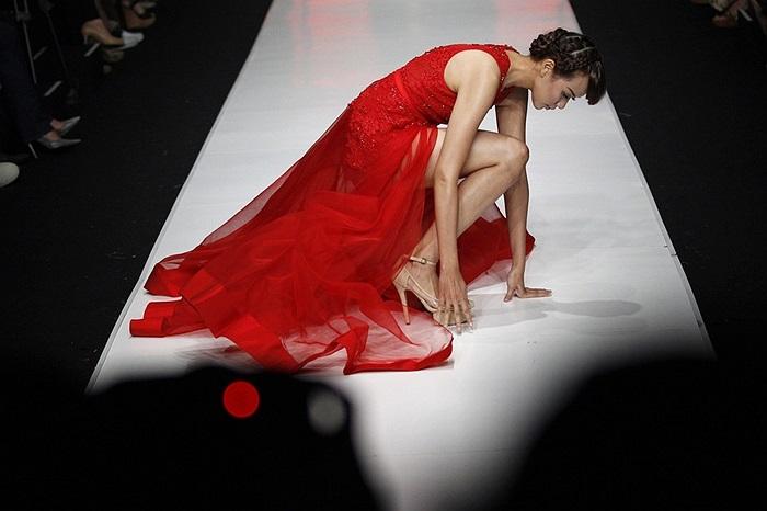 Người mẫu nữ xinh đẹp ngã trên sàn catwalk ở Jakarta, Indonesia