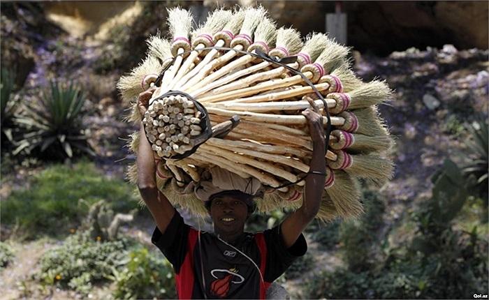 Người bán chổi ở Antananarivo, Madagascar