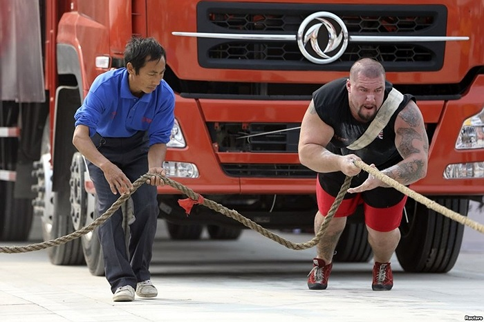 Lực sĩ người Anh Kenneth Nowicki  biểu diễn kéo xe tải ở Hồ Bắc, Trung Quốc