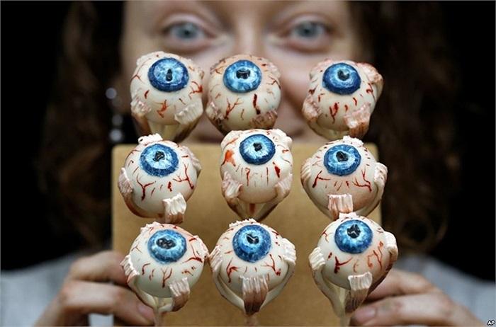 Nghệ nhân làm bánh Sarah King thể hiện tác phẩm 'thức ăn dành cho quái thú' với những chiếc bánh giống hệt mắt người