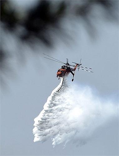 Trực thăng phun nước chữa cháy rừng ở Australia
