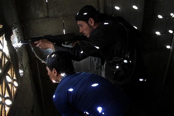 Binh lính thuộc phe nổi dậy Syria tấn công quân chính phủ